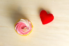 Czerwony serce na drewnianym prezencie dla walentynka dnia Fotografia Royalty Free