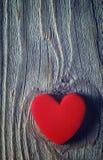 Czerwony serce na drewnianym starym tle karciany ilustracyjny romantyczny wektor Obrazy Royalty Free