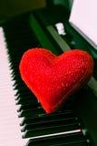 Czerwony serce na fortepianowej klawiaturze Obrazy Royalty Free