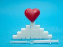 Czerwony serce na górze cukrowej sześcian sterty fotografia royalty free