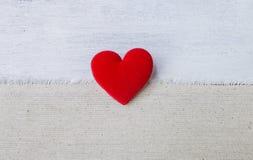 Czerwony serce na hessian tkaniny teksturze Obrazy Royalty Free