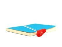 Czerwony serce na otwartej błękitnej książce odizolowywającej na białym tle, wybrana ostrość Obraz Royalty Free