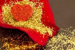 Czerwony serce na róża płatku obraz royalty free