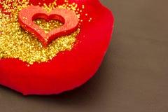 Czerwony serce na róża płatku zdjęcie stock