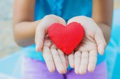 Czerwony serce na ręki małej dziewczynce Zdjęcie Stock