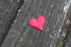 Czerwony serce na starym nieociosanym drewnianym tle Obraz Royalty Free