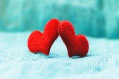 Czerwony serce na turkusowym tła St walentynki ` s dniu obraz stock