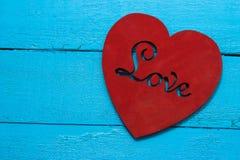 Czerwony serce na turkusowym tle Zdjęcia Stock