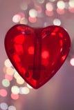 Czerwony serce nad zamazanym bokeh skutka tłem Obrazy Stock