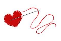 Czerwony serce, nić i igła odizolowywający na bielu, Fotografia Stock