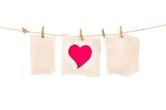 Czerwony serce papieru cięcie na brown papierze w szpilce na białym tle Zdjęcia Royalty Free