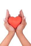 Czerwony serce w afrykańskich kobiet rękach odizolowywać na bielu Fotografia Royalty Free
