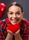 Czerwony serce w kobiet rękach obraz stock