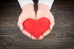 Czerwony serce w kobiet rękach Zdjęcie Royalty Free