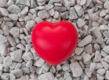 Czerwony serce w miłości walentynka dzień z bielu kamienia tłem Obraz Stock