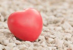 Czerwony serce w miłości walentynka dzień z bielu kamienia tłem Zdjęcia Royalty Free