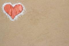 Czerwony serce w piasku. Zdjęcia Royalty Free