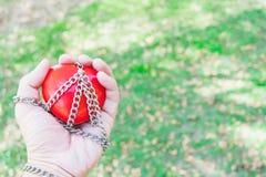 Czerwony serce wiązał z łańcuchami na białego papieru pojęcia miłości i romansie, walentynki pojęcie Obraz Stock