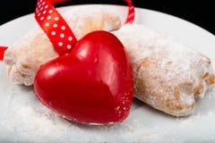 Czerwony serce z ciastkami obraz stock