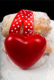 Czerwony serce z ciastkami fotografia stock