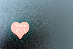 czerwony serce z inskrypcją na czerni desce Obraz Stock