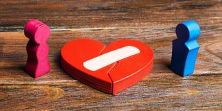 Czerwony serce z parą w kochankach i tynkiem Odnowienie związek Rodzinne psychoterapeuta usługi pojednanie obrazy stock