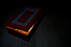 Czerwony skarbu pudełko otwarty i złociste monety Obrazy Stock