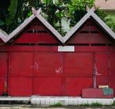 Czerwony sklepu dom z zieleń ogródu inside fotografią brać w Semarang Indonesia zdjęcie stock
