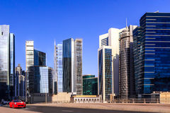 Czerwony sporta samochód jedzie przez ulic nowożytny Dubaj Zdjęcia Royalty Free