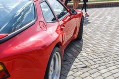 Czerwony sporta samochodu coupe Porsche 944 przy city's Retro car show zdjęcia royalty free