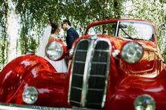 Czerwony staromodny BMW i para małżeńska właśnie Fotografia Royalty Free