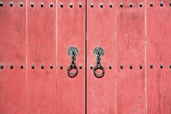Czerwony stary drzwiowy drewniany Obraz Royalty Free