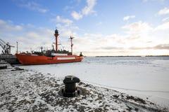 Czerwony statek na molu Zdjęcia Royalty Free