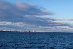 Czerwony statek przy morzem Obraz Royalty Free