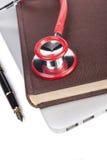 Czerwony stetoskop na książce obrazy stock