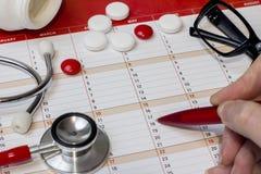 Czerwony stetoskop na stole Obrazy Stock