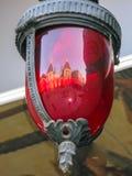 Czerwony szklany lampion z kędziorka odbiciem zdjęcie stock