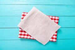 Czerwony szkockiej kraty tablecloth jeden na błękitnym drewnianym stole i szarość Odgórnego widoku i kopii przestrzeń Zdjęcia Royalty Free