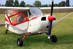 Czerwony szybowiec holuje samolot fotografia royalty free