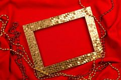 Czerwony tło Złoci i czerwoni koraliki, fotografii rama zdjęcia royalty free
