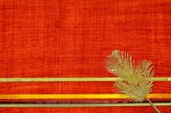 Czerwony tło z faborkami i złocistym liściem fotografia royalty free