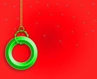 Czerwony tło z zieleń pierścionkiem Zdjęcia Royalty Free