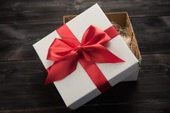 czerwony tasiemkowy daru pudełkowy white Zdjęcia Stock
