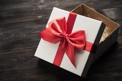 czerwony tasiemkowy daru pudełkowy white Obrazy Stock