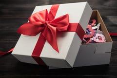 czerwony tasiemkowy daru pudełkowy white Obrazy Royalty Free