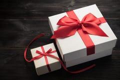czerwony tasiemkowy daru pudełkowy white Fotografia Royalty Free
