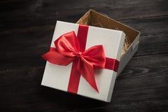 czerwony tasiemkowy daru pudełkowy white Zdjęcia Royalty Free