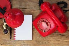 Czerwony telefon na stole Fotografia Stock