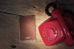 Czerwony telefon na stole Zdjęcia Royalty Free