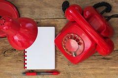 Czerwony telefon na stole Zdjęcia Stock